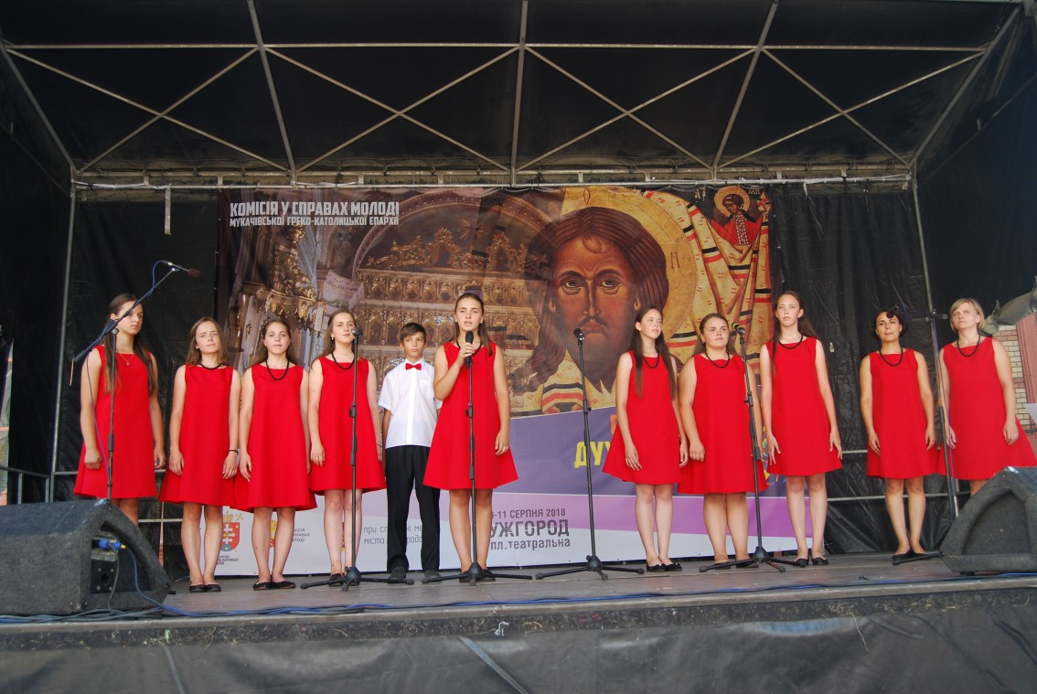 На фестивальній сцені – «Вогники надії»