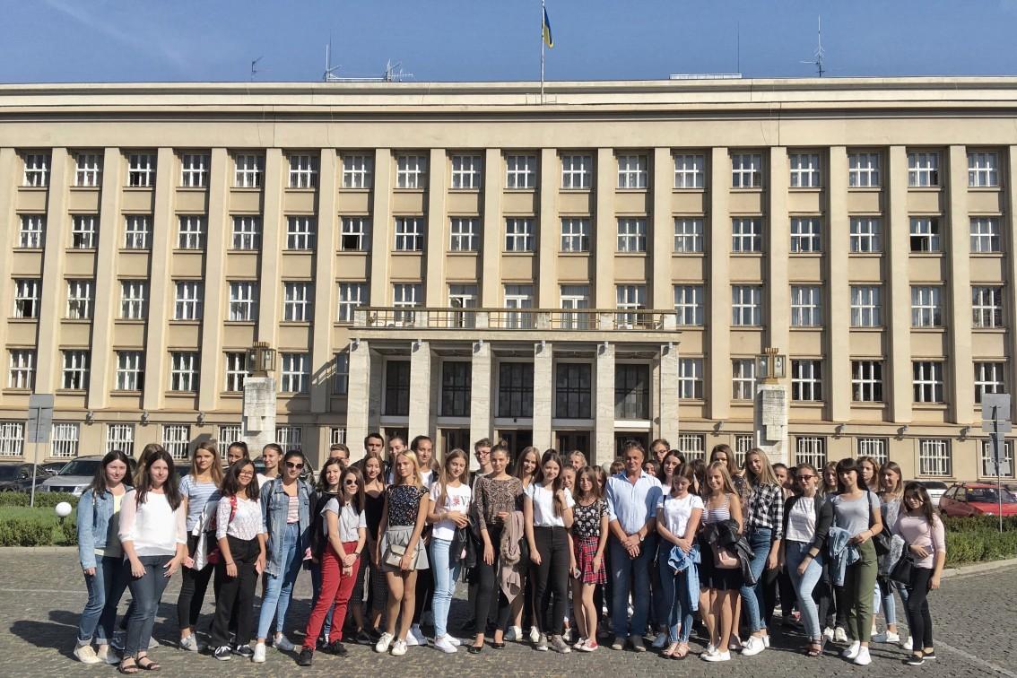 Як першачки факультету іноземної філології з Ужгородом знайомилися