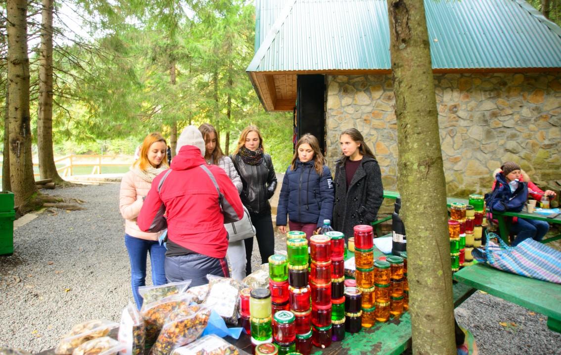 Подорож в осінній Синевир – філфаківці навчаються й знайомляться в мандрах