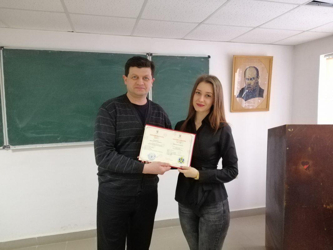 Вручає диплом Андрій Мельник