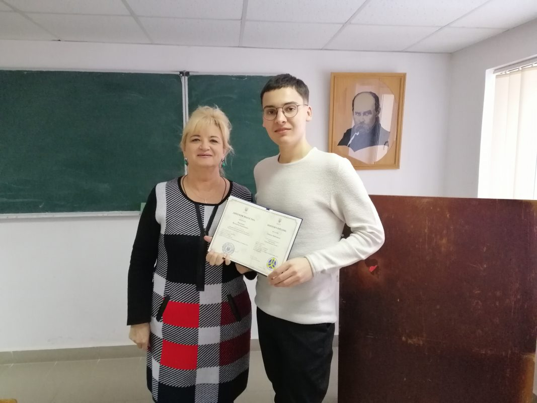Вручає диплом Наталія Габчак