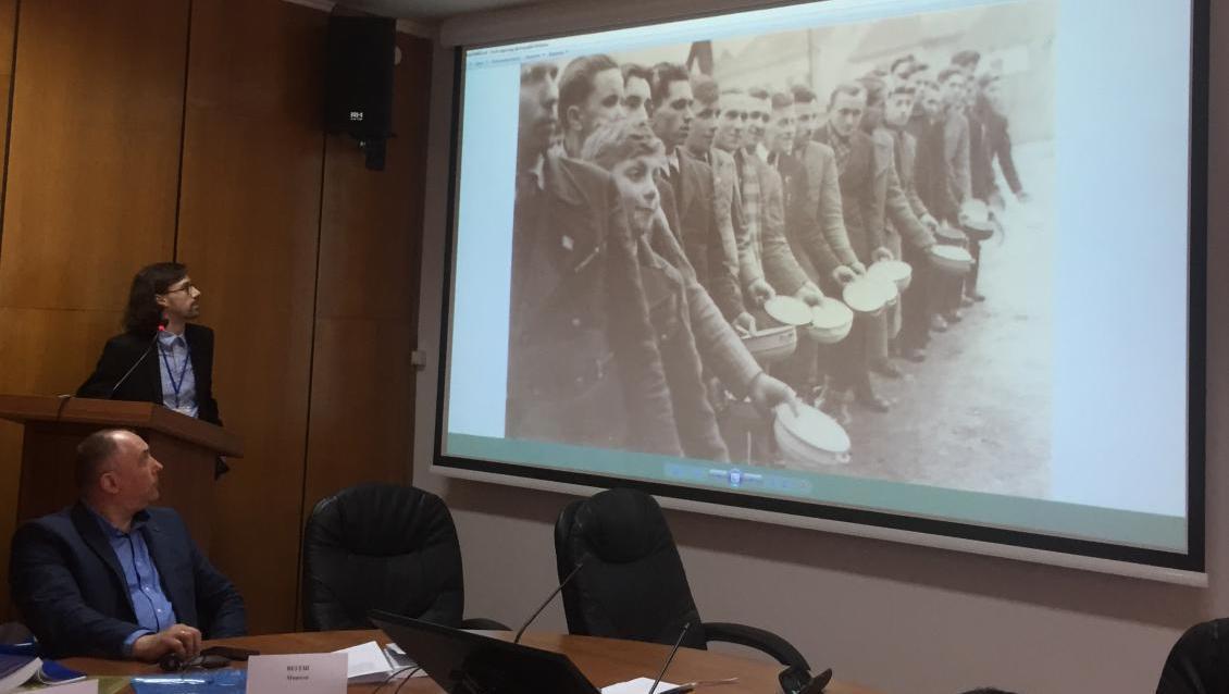 Олександр Дебич демонструє відшукані фото