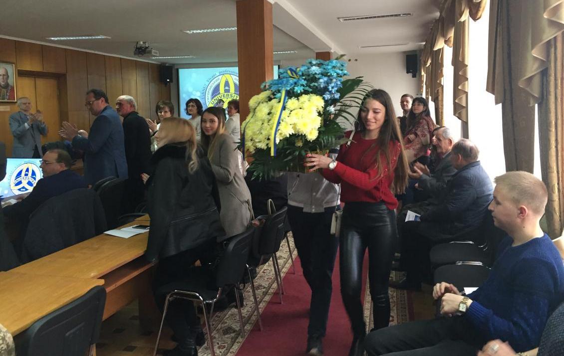 Студенти несуть квіти до пам'ятника Волошину