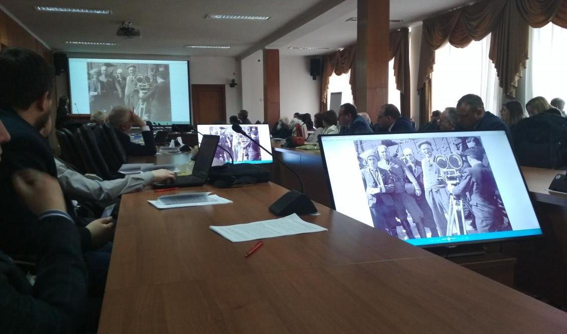 Учасники переглядають фото Каленика Лесюка
