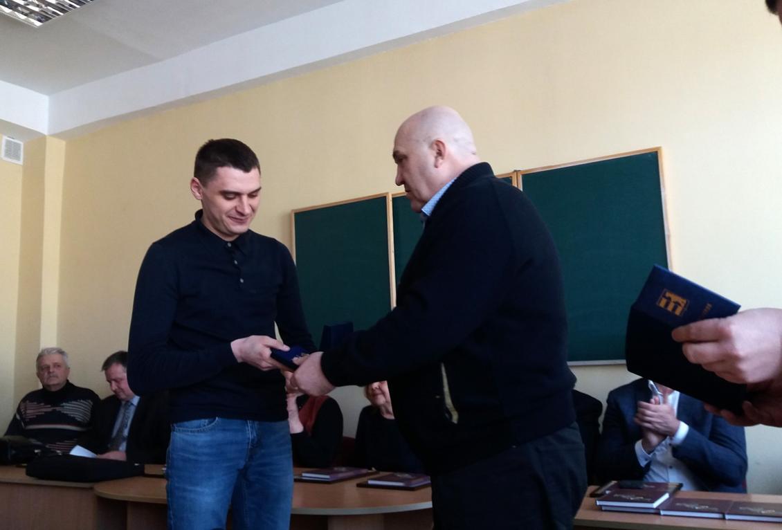 Федір Харута вручає нагороду