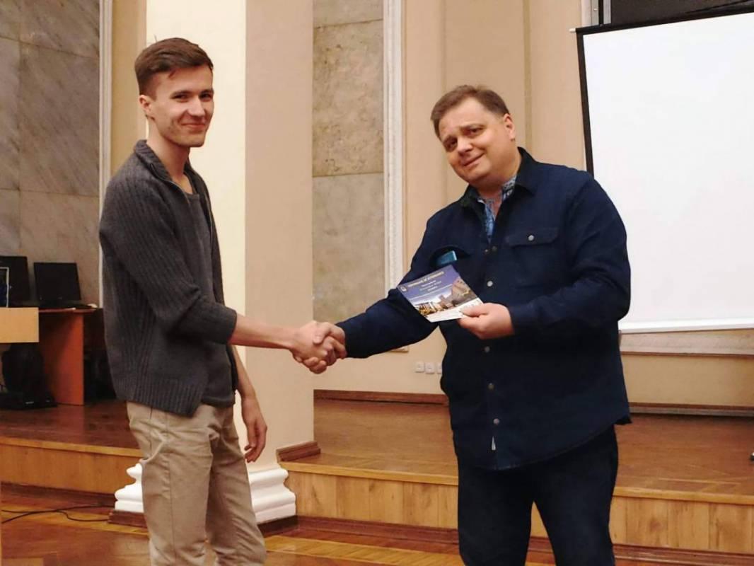 Сертифікат вручають Олександру Сичу. Фото зі сторінки студентського наукового товариства ФТФ ХНУ у Фейсбук