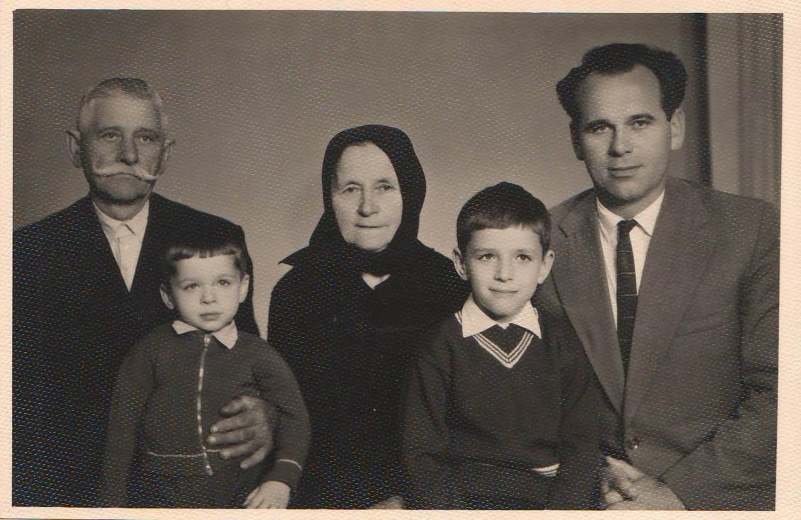 З родиною Лаверів (зліва направо): дідо Михайло Михайлович, брат Павло Георгійович, бабка Марія Юріївна, Олександр Георгійович та батько Георгій Михайлович