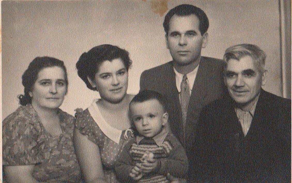 З родиною Сидоренків (зліва направо): бабуся Марія Федорівна, мама Тетяна Павлівна, Олександр Георгійович, Георгій Михайлович та дідусь Павло Петрович