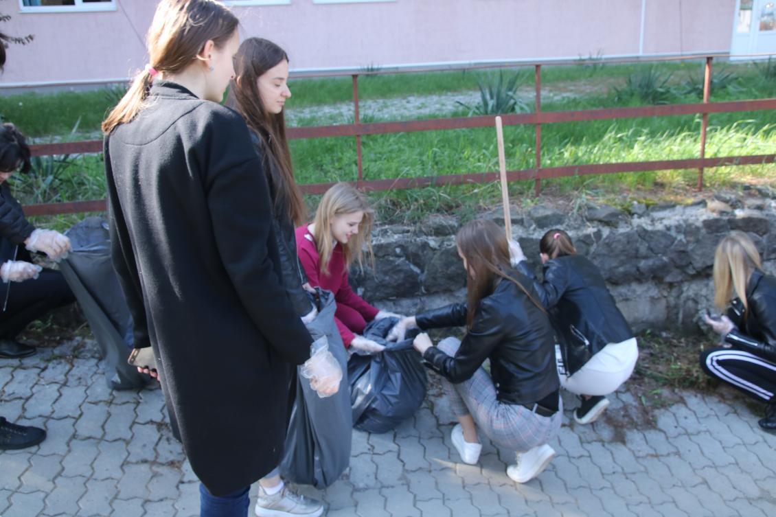 Ужнівці влаштували весняне прибирання території університету на Бамі