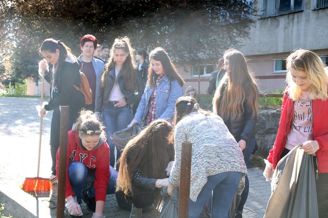 Студенти ФІФ на чолі з Оксаною Дацьо прибирають територію