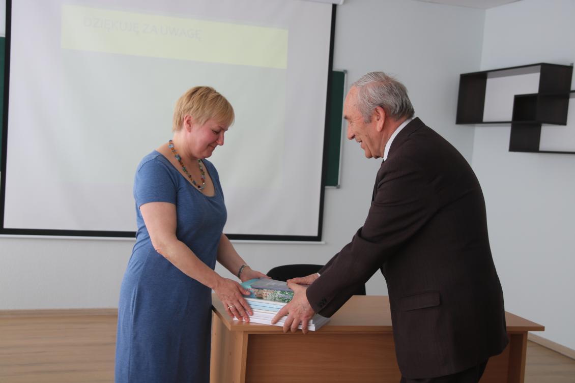 Іван Сабадош дарує наукові видання польській професорці