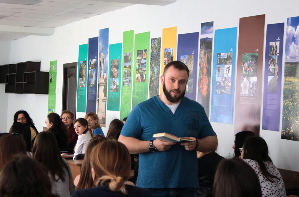 Олег Хавачак зачитує вірш ювіляра