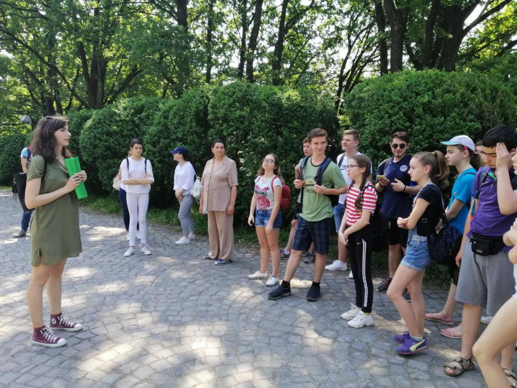 Екскурсію проводить Жаннета Тофій