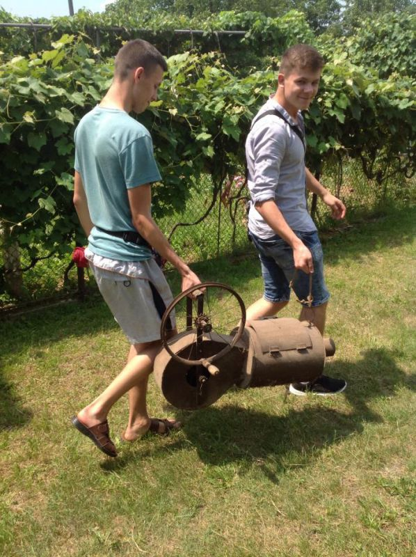 Студенти з фрчаком для обпалювання свиней