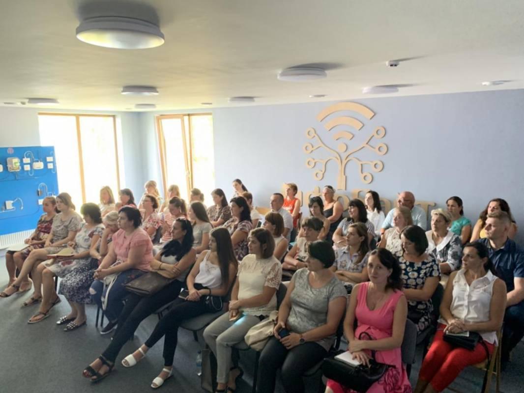 Айтівці УжНУ організували семінари для вчителів у Хусті та Нересниці