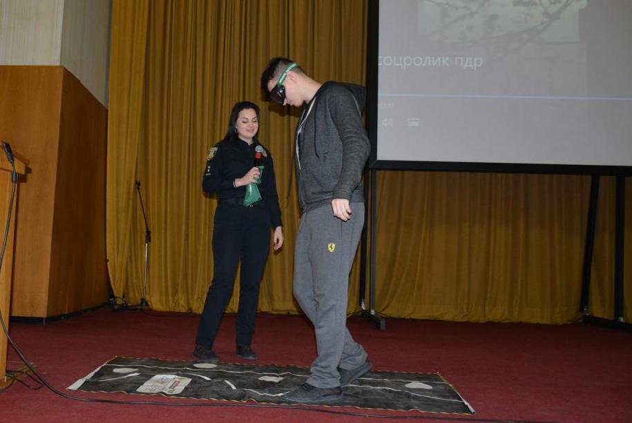 Ольга Мартин зі студентом проводять експеримент