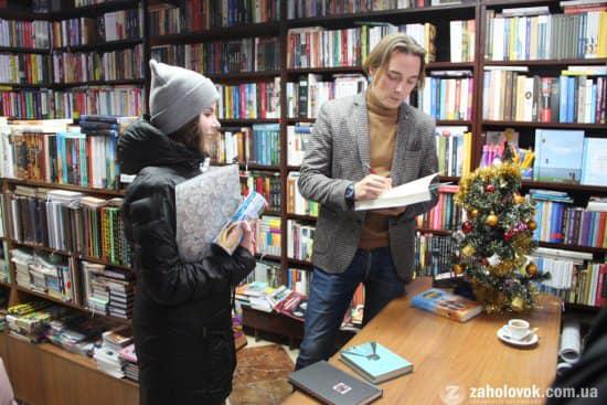 Ніна Туряниця отримує автограф