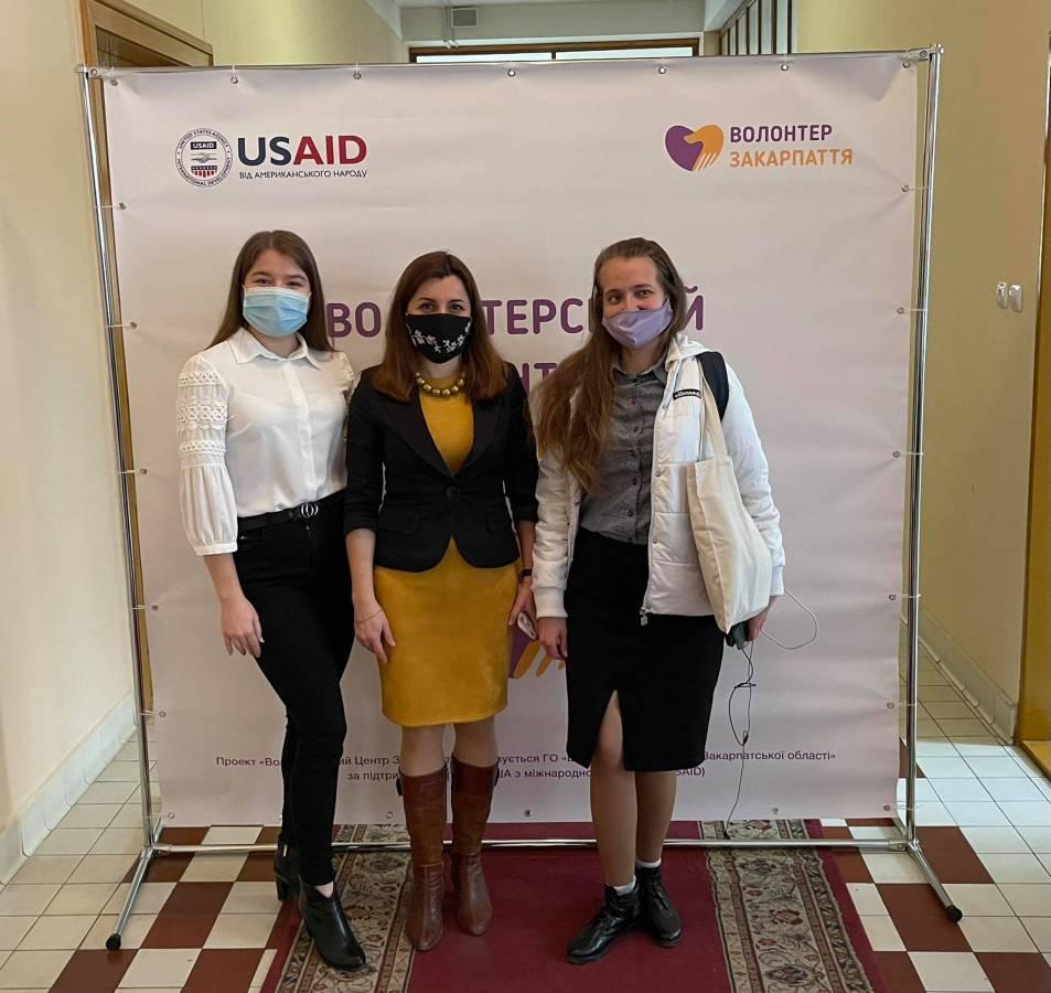 Представниці Волонтеріату УжНУ на чолі з Ганною Мелеганич