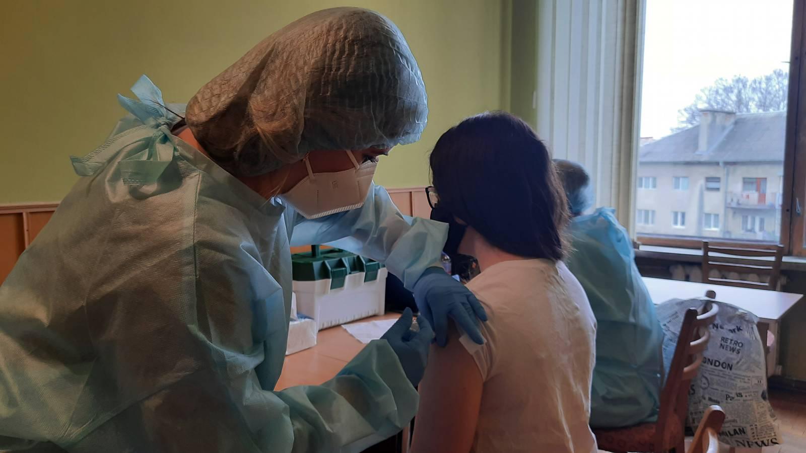 Вакцинація в УжНУ: викладачі-медики отримали першу дозу вакцини від COVID-19