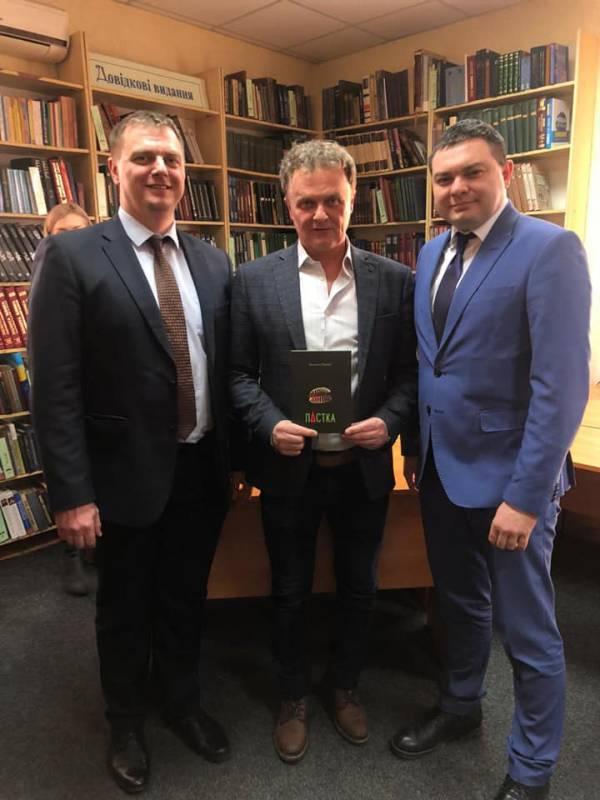 Михайло Рошко влаштував «Пастку» в Закарпатській обласній бібліотеці