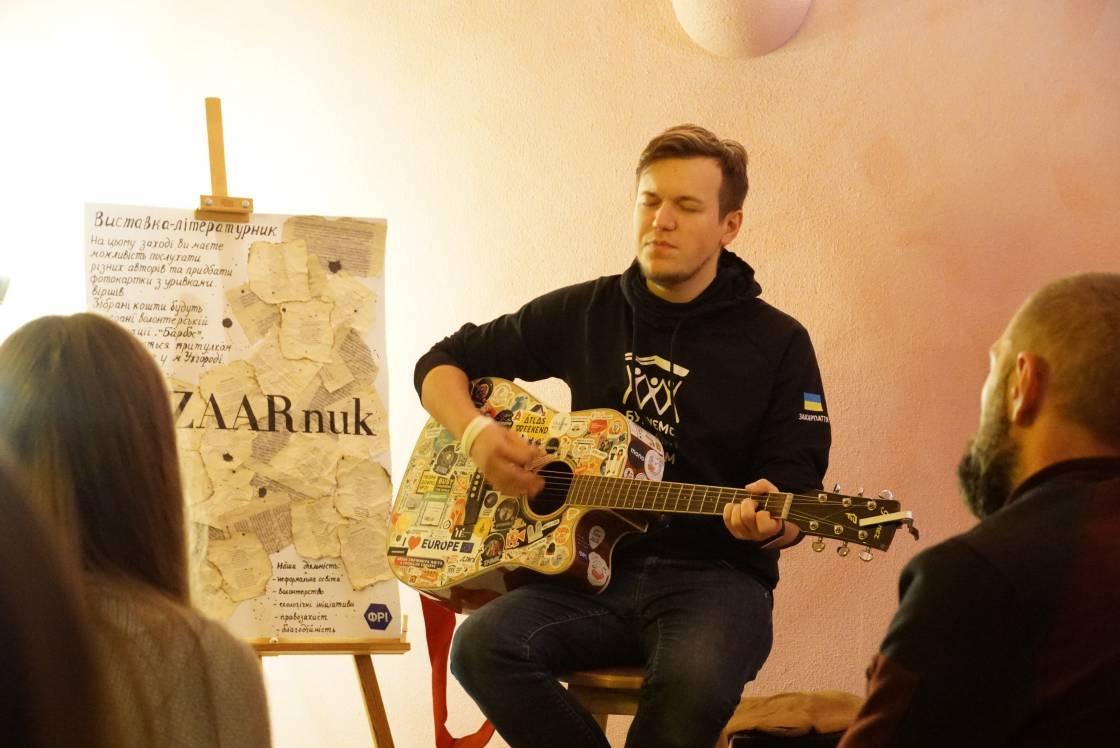 «Дикі карпатські писаки» представили свої поезії на благодійному фотолітературнику в Ужгороді
