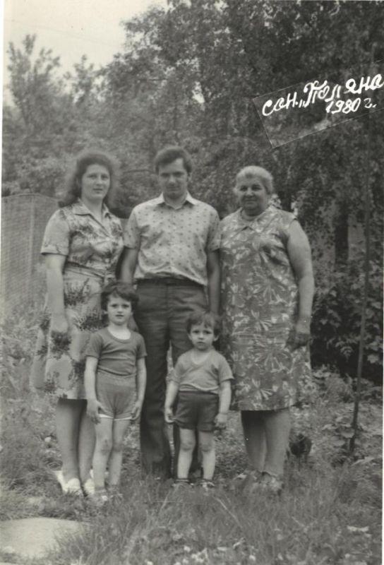 Пан Володимир з сім'єю: дружиною Наталією, синами Владиславом та Олександром, тещею Марією