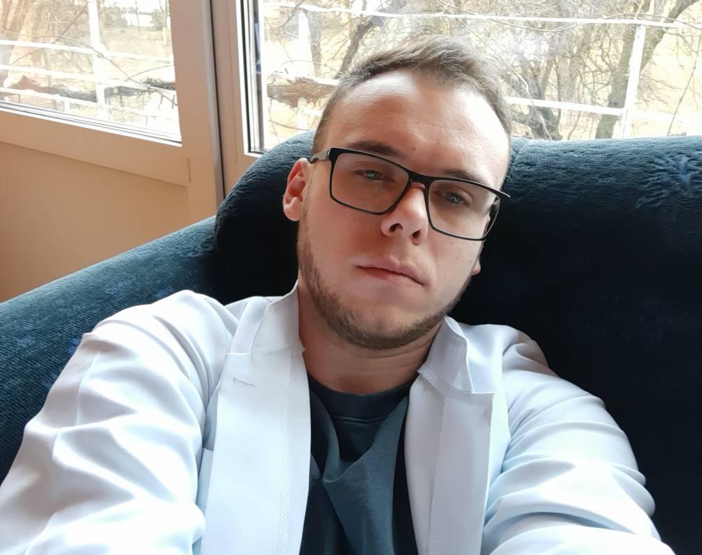 Коли працюєш із COVID-19: Один робочий день лікаря-інтерна Олександра Голубенка