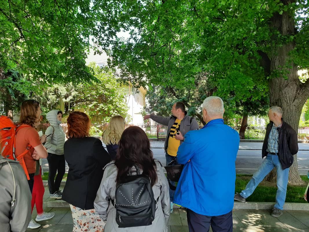 Перша посткарантинна: професор УжНУ влаштував в Ужгороді екскурсію для учасників проєкту «Україна-Норвегія»
