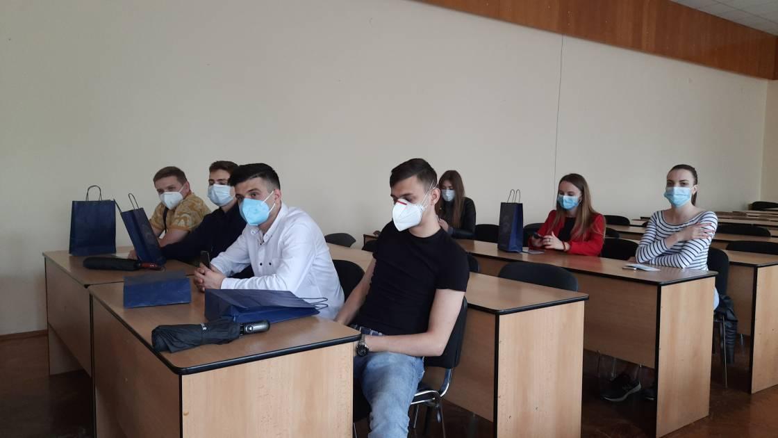 При +30ºC в повній амуніції проти COVID-19 не лише викладачі, а й студенти-медики УжНУ