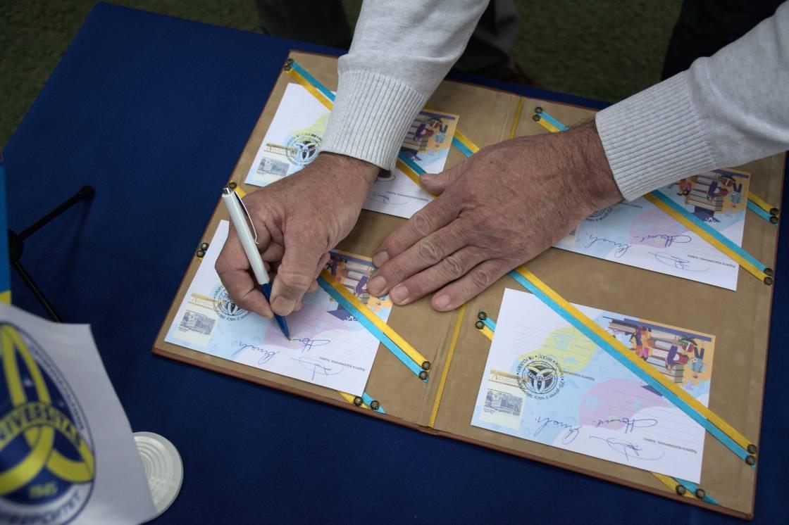 До 75-ї річниці вишу в УжНУ представили власну поштову марку