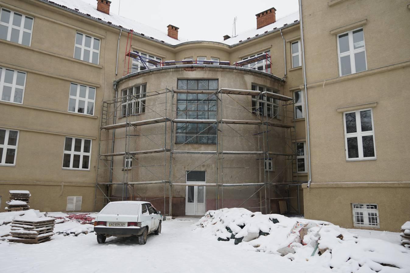 Зберегти не можна знищити: УжНУ реставрує фасади історичних будівель Ужгорода