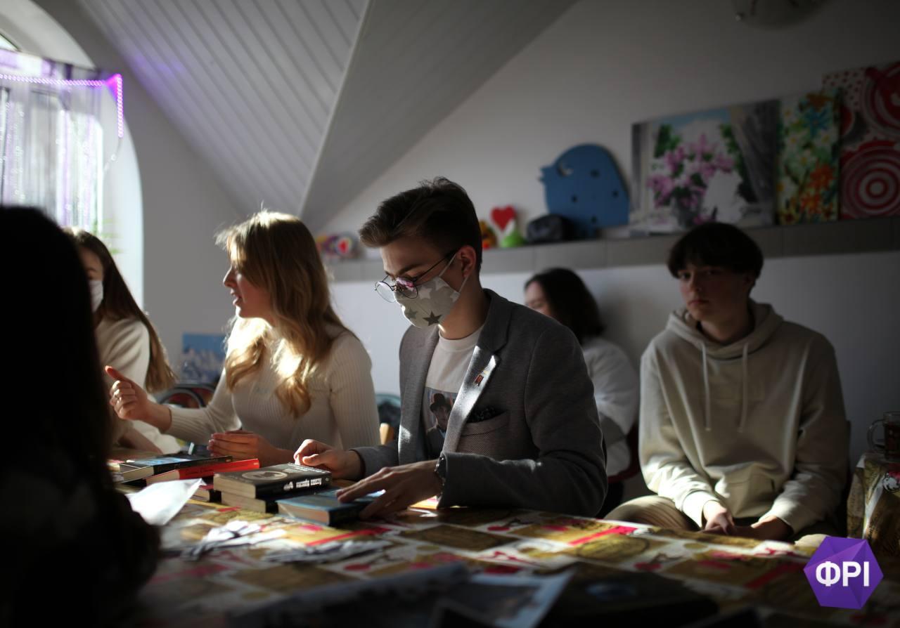 Розбивають стереотипи об книги: ужгородська молодь започаткувала книгоклуб ФРІ читалка