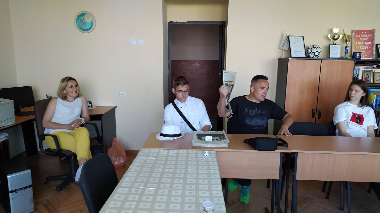 Гуртківці-журналісти екскурсували медійним підрозділом УжНУ та пробували себе в ролі телевізійників